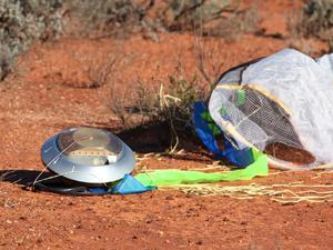 Cápsula da sonda Hayabusa, ao pousar na Austrália em 2010. (Foto: Copyright JAXA/ISIS)