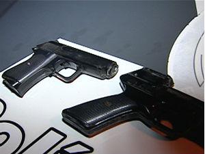 Polícia apreende duas armas de brinquedo no ES (Foto: Reprodução/ TV Gazeta)