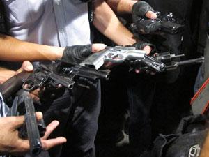 Armas utilizadas pelos criminosos durante roubo (Foto: Luciana Bonadio/G1)