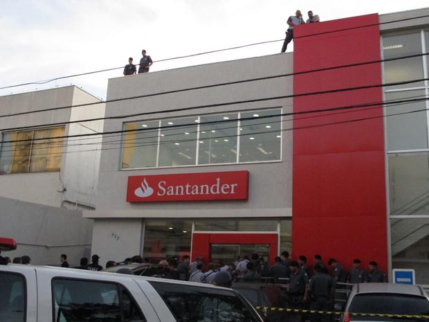PMs cercam agência em SP (Foto: Luciana Bonadio/G1)