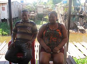 Afonso e Dejaniraestão preocupados sobre como será a indenização pelo imóvel da família, em que moram com os sete filhos, que têm entre 5 e 18 anos (Foto: Mariana Oliveira / G1)
