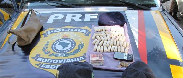 Mulher é presa na BR-262 no ES, com 540 gramas de cocaína em cápsulas (Foto: PRF / Divulgação )