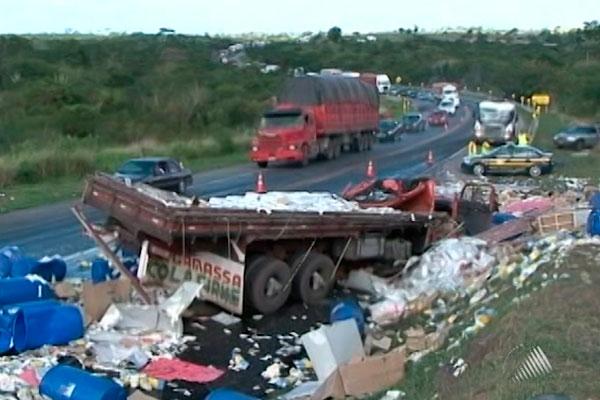 Veículos tombaram após impacto na BR-116 sul (Foto: Reprodução/TV Subaé)