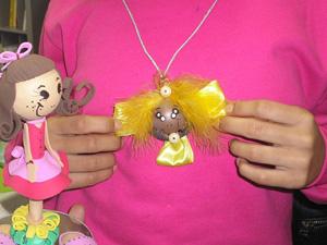 Bonecas de EVA inspiradas nas dançarinas de congo estão entre as peças criadas pelas adolescentes do Iases. (Foto: Assessoria de Comunicação/Iases)