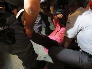 Mãe de um dos suspeitos é socorrida após passar mal (Foto: Luciana Bonadio/G1)