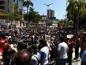 Professores do estado fecham avenida movimentada em protesto, em Fortaleza (Foto: Leonardo Heffer/G1 Ceará)