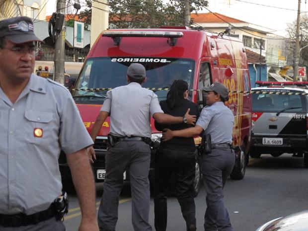 Refém é liberada de agência bancária (Foto: Luciana Bonadio/G1)