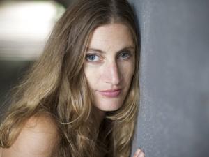 Tanya Vlach com o olho implantado. (Foto: Jonathan James)