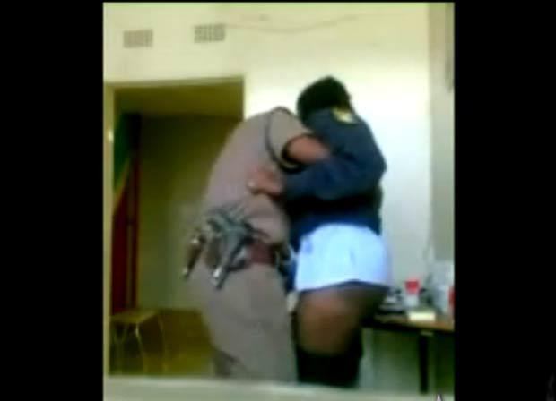 Em agosto, dois agentes foram demitidos na África do Sul após a divulgação de um vídeo em que eles aparecem fazendo sexo em serviço. (Foto: Reprodução)
