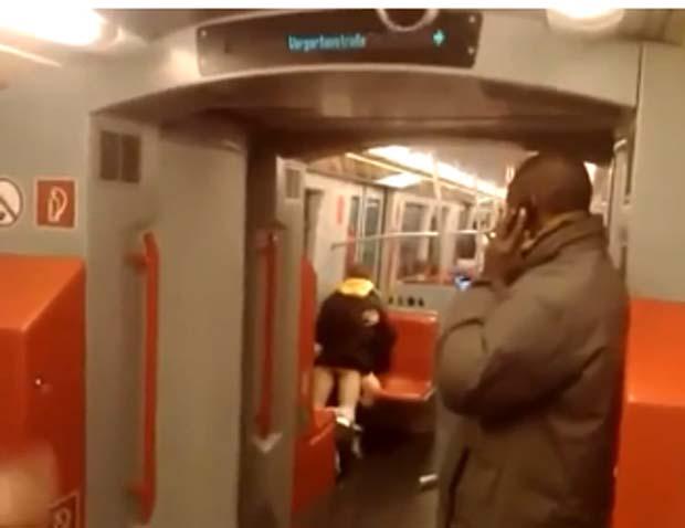 Em dezembro de 2010, um casal foi filmado tendo relações sexuais no vagão do metrô em Viena, na Áustria. As imagens mostram a dupla realizando o ato sexual enquanto outros passageiros se aglomeram ao redor para assistir e poder filmá-los com seus celulares. (Foto: Reprodução)