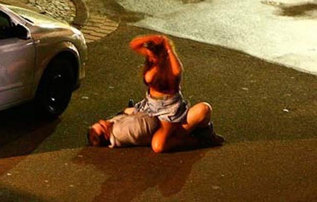 Em março de 2010, um casal foi flagrado fazendo sexo no meio de uma rua na cidade de Krefeld, na Alemanha. A cena podia ser vista pelos motoristas que passavam pelo local. (Foto: Reprodução)
