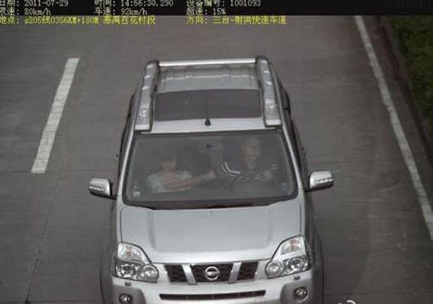 Motorista foi flagrado apalpando os seios de uma mulher que viajava ao seu lado. (Foto: Reprodução)