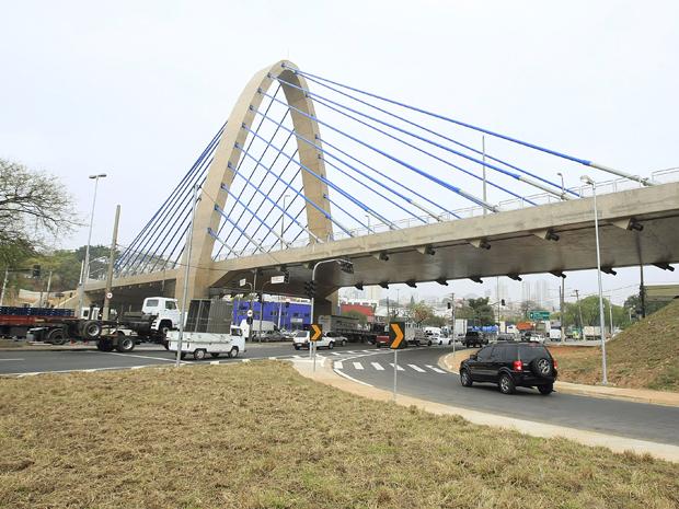 Com um mastro de 43 metros de altura e 40 estais azuis, a estrutura custou R$ 29,9 milhões (Foto: José Patrício/Agência Estado)