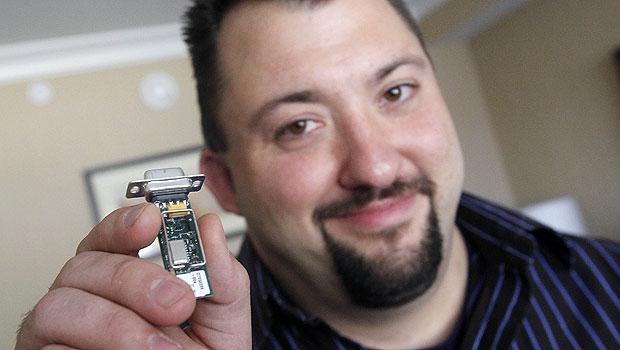 Jay Radcliffe mostra o dispositivo que ele usou para executar o ataque à bomba de insulina (Foto: Isaac Brekken/AP)