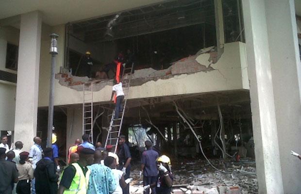 Equipes de emergência trabalham nesta sexta-feira (26) no local da explosão em Abuja, na Nigéria (Foto: AP)