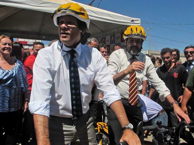 O ministro da Educação, Fernando Haddad (esquerda), e o governador do Distrito Federal, Agnelo Queiroz, durante lançamento de programa de distribuição de bicicleta a estudantes nesta sexta-feira (26), em Brasília (Foto: Mariana Zoccoli/G1)