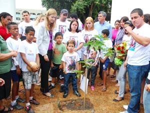 Parentes de Larissa Atánázio e a secretária Municipal de Educação, Claudia Costin, após plantarem uma muda de Pau-brasil no jardim do EDI. (Foto: Divulgação/ Sec. municipal de Educação/Estefan Radovicz)