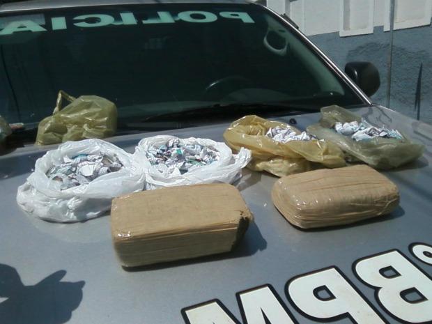 Depósito de drogas foram desarticulados em dois bairros de Sobral na tarde de quinta-feira (25) (Foto: Polícia Militar/ Divulgação)