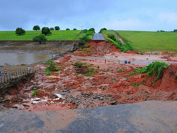 Rompimento de barragem provocou cratera em rodovia estadual na Paraíba (Foto: José Marques/Secom-PB)