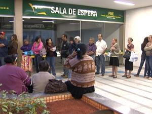 Pacientes fazem fila desde a madrugada para receber atendimento na Farmácia de Alto Custo (Foto: Reprodução/TV Globo)