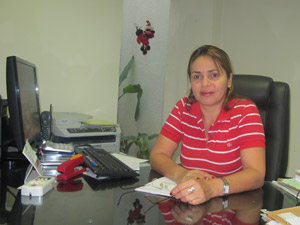 Lúcia Ferreira, dona de imobiliária, conta que é pressionada por proprietários a elevar preço do aluguel mesmo que imóvel 'não valha' (Foto: Mariana Oliveira / G1)