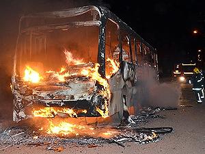 Ônibus incendiado em João Pessoa, PB (Foto: Walter Paparazzo/G1)