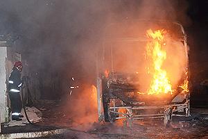 Ônibus incendiado na Zona Sul de João Pessoa, PB (Foto: Walter Paparazzo/G1)
