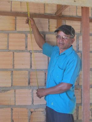 """O empreiteiro Jorge Silva diz que tem trabalho na cidade, mas falta funcionário: """"Pessoal tá querendo trabalhar na obra porque aqui não tem direitos' (Foto: Mariana Oliveira / G1)"""
