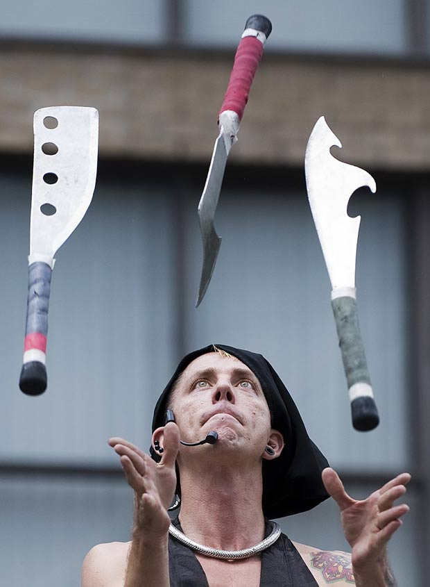 Chayne Hultgren faz malabarismos com espadas e machados. (Foto: Aaron Vincent/Canadian Press/AP)