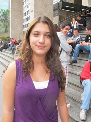 Isabella Sônego, de 18 anos, pretende usar a criatividade para aliar o gosto pela Biologia com a escolha pela Arquitetura (Foto: Letícia Macedo/G1)