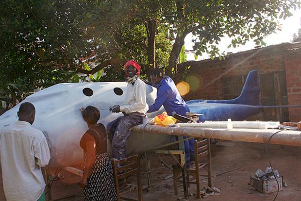 Técnicos do Programa Africano de Pesquisas Espaciais trabalham sob a sombra de uma árvore (Foto: Brooke Bocast  / BBC)
