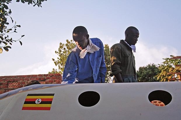 Bandeira de Uganda já está pintada na fuselagem do protótipo (Foto: Brooke Bocast  / BBC)