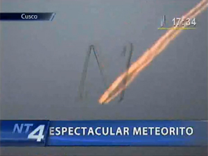 Imagem mostra passagem do possível meteoro pelos céus peruanos. (Foto: Canal N / Reprodução)