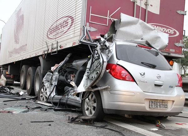 Carro bateu na traseira de caminhão na Rodovia Castello Branco em Osasco: motorista do automóvel morreu  (Foto: LUIZ GUARNIERI / AE)