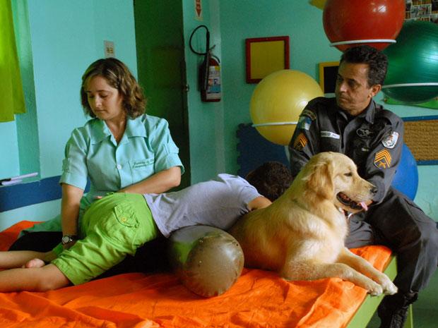Cães da PM ajudam no tratamento de crianças em abrigo no RJ (Foto: Leonardo Simplicio/Governo do estado)