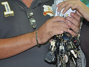 Funcionário do Detran-PB exibe chaves de carros retidos em fiscalizações (Foto: Divulgação/Secom-PB)