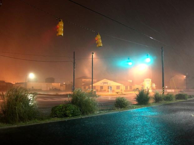 Furacão Irene causou fortes tempestades na Carolina do Norte na madrugada deste sábado (27) (Foto: Robert Ray/AP)