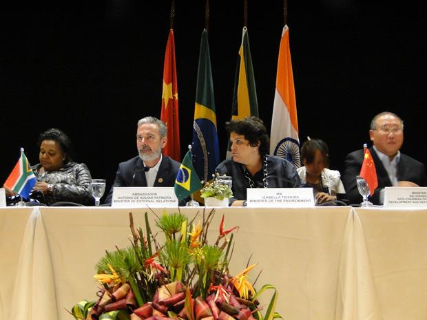 MInistro das Relações Exteriores, Antônio Patriota, e a ministra do Meio Ambiente, Izabela Teixeira, no centro da foto (Foto: Pedro Triginelli)
