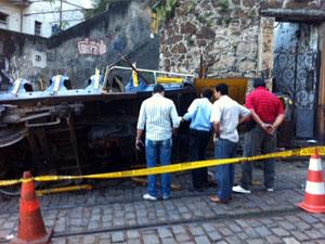 Peritos examinam o que sobrou do bonde após acidente que deixou cinco mortos e mais de 50 feridos em Santa Teresa, no Centro do Rio (Foto: Alba Valéria Mendonça/G1)
