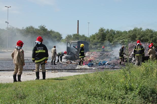 Caminhão pega fogo em estacionamento de fábrica de cimento (Foto: Rammom Monte/G1 PB)