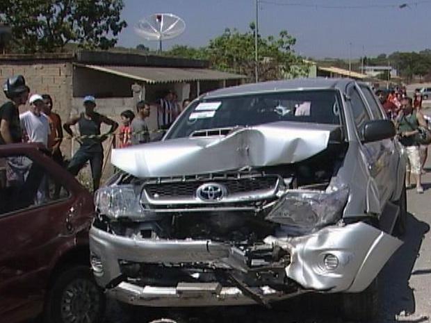 Carros atingidos por carreta (Foto: Reprodução TV Globo)