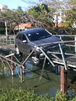 Carro fica entalado em passarela (Foto: Yve Carpi de Souza/VC no G1)