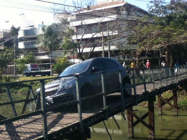 Veículo impediu a passagem de pedestres (Foto: Yve Carpi de Souza/VC no G1)