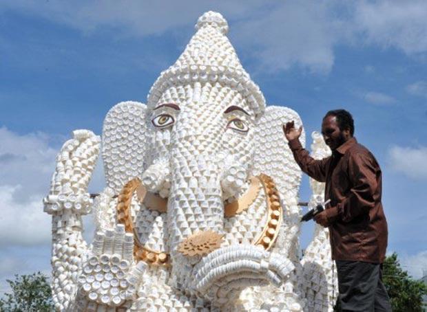 K Surya Prakash usou 30 mil copos de papel para criar escultura. (Foto: Noah Seelam/AFP)