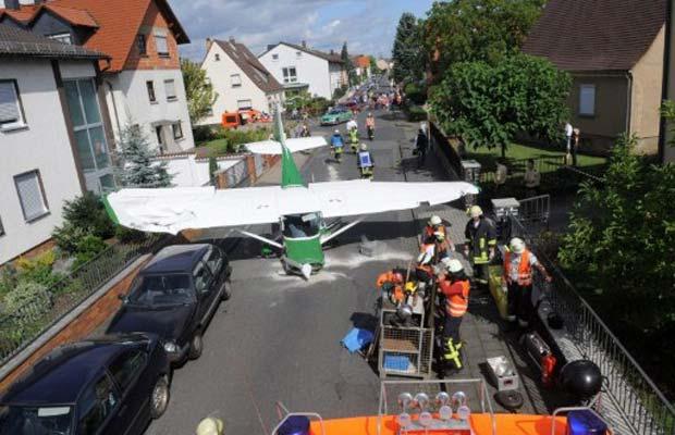 Equipes de emergência trabalham neste domingo (28) no local da queda de um pequeno avião na cidade alemã de Stockstand (Foto: AFP)