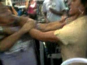 Mulher trocou agressões com pessoas do local (Foto: Thiago França/G1)