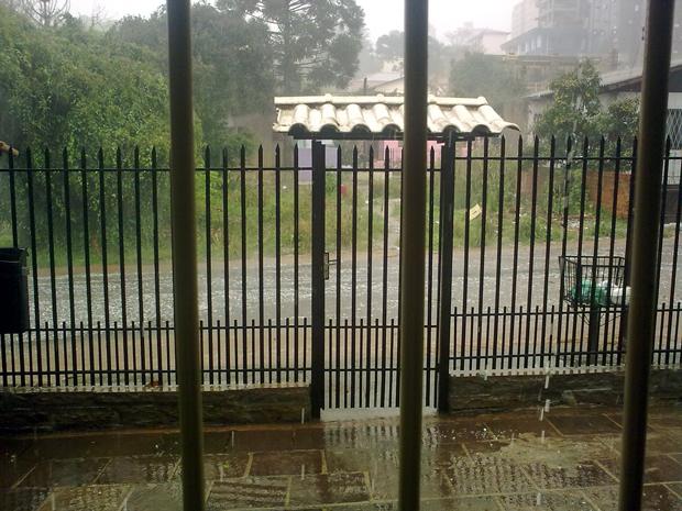 Chuva de granizo em Passo Fundo, RS (Foto: Marcos Maciel Canabarro/VC no G1)