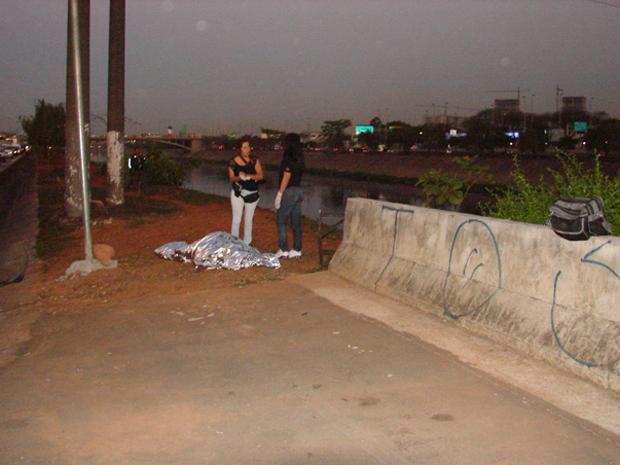 Corpo foi encontrado nesta segunda no Rio Tietê (Foto: Fabiano Correia/G1)