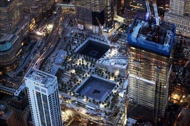 Vista aérea do novo World Trade Center, com espelhos d'água construídos no local onde estava as torres gêmeas (Foto: AFP)