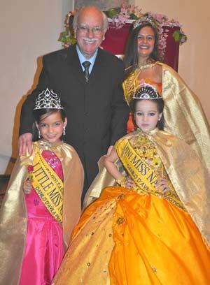 O organizador dos concursos, Danilo D'Avila, ao lado da Miss Africa do Sul, da Miss Venezuela (esq.) e a brasileira (Foto: Divulgação)